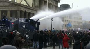 Niemcy zaostrzają przepisy w walce z pandemią. Na ulice wyszli demonstranci