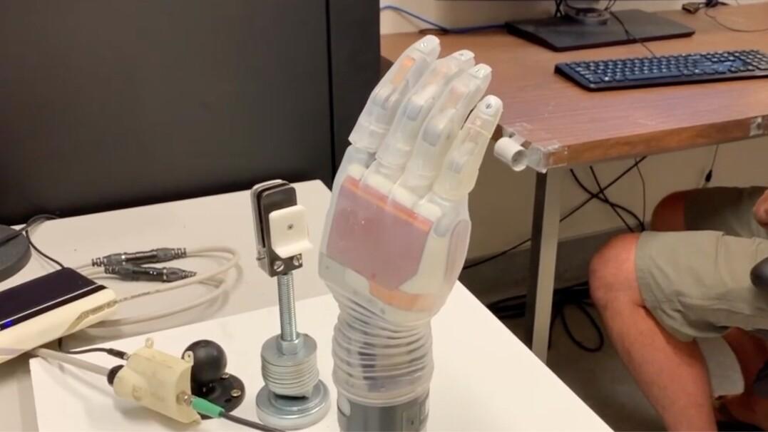 Ta sztuczna ręka jest sterowana za pomocą myśli