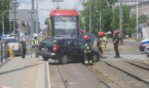 Samochód zderzył się z tramwajem. Kierowca z sądowym zakazem