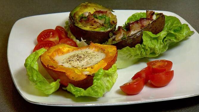 Pomysł na śniadanie: jajeczny środek dyni i awokado z boczkiem