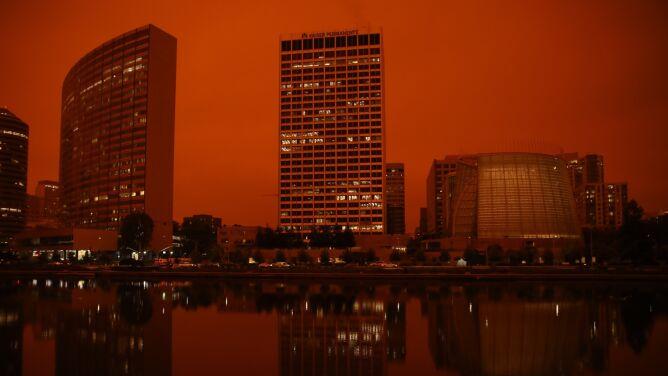 """Pożary w Kalifornii zmieniły niebo na czerwone. """"Jak scena z Marsa"""""""
