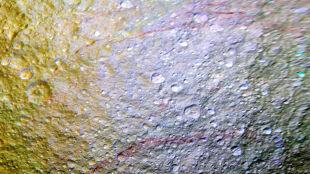 Księżyc Saturna jak porysowany czerwoną kredką. Tetyda ma dla naukowców zagadkę