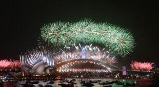 Sylwestrowe fajerwerki w Sydney (PAP/EPA/MICK TSIKAS, LUKAS COCH, DEAN LEWINS)