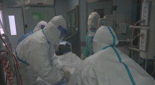 Służby medyczne zajmują się pacjentami zakażonymi wirusem
